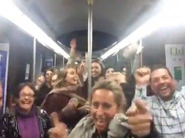 Frame 125.841822 de: Un músico callejero hace bailar a todo un vagón de metro a ritmo de 'La Bicicleta'