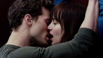 """Jamie susurrándole al oído a Dakota: """"Do do doo"""""""