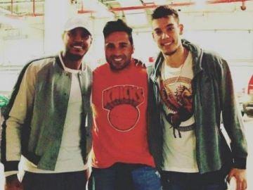 Bustamante junto a Carmelo Anthony y Willy Hernangómez