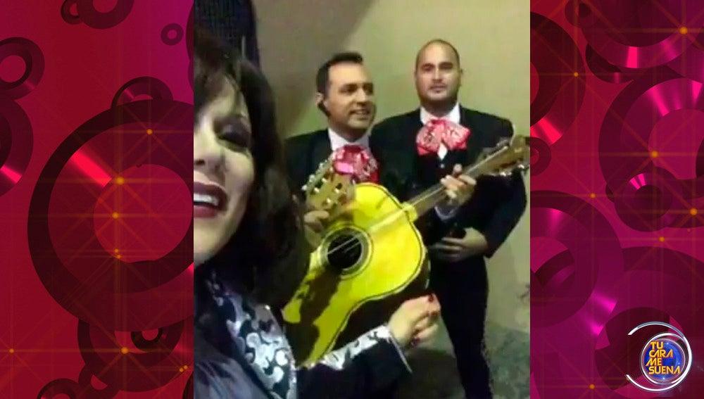 Lorena Gómez interpreta un trocito de 'Gata bajo la lluvia' de Rocío Dúrcal en compañía de mariachis
