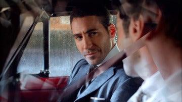 Alberto llega a las galerías bajo la lluvia y ante la fría mirada de Ana