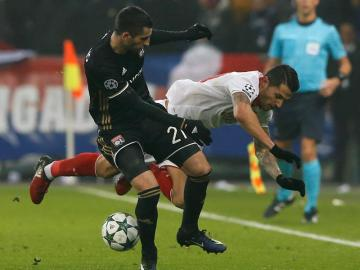 Vitolo lucha por el balón con Gonalons.