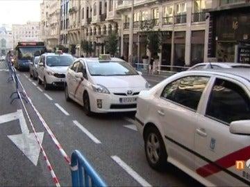 Muchos atascos y pocos peatones, polémica por los cortes de tráfico en la Gran Vía de Madrid