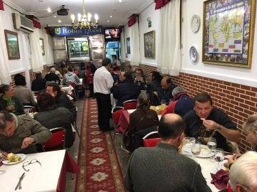 Personas sin hogar cenan en el restaurante solidario del padre Ángel