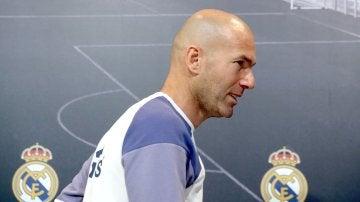 Zinedine Zidane sale de la sala de prensa