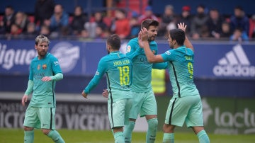 Los jugadores del Barcelona celebran el gol de Suárez ante Osasuna