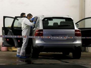 La policía científica registra el vehículo de la viuda del expresidente de la CAM