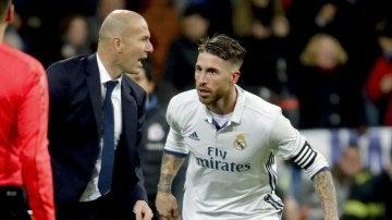 Zidane dando instrucciones a Sergio Ramos en el partido