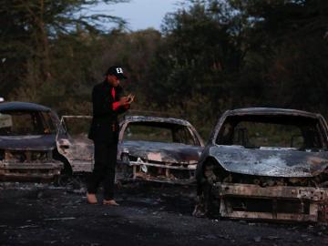 Coches quemados tras la explosión de un camión en Kenia