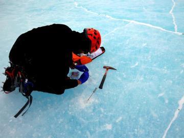 Un científico tomando muestras del hielo antártico