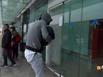 Frame 1.093977 de: Piqué se enfrenta a una periodista en el aeropuerto de Barcelona