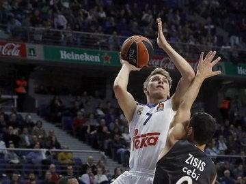 Luka Doncic intenta anotar ante la defensa de Zisis