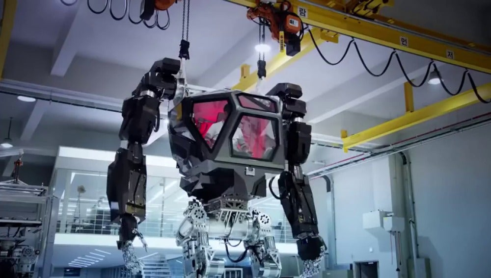 Frame 0.0 de: Corea del Sur diseña un robot gigante de casi 4 metros de altura