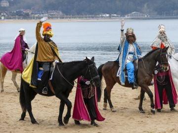 Sus majestades, los Reyes Magos, a su llegada hoy a caballo por la playa de La Concha de San Sebastián
