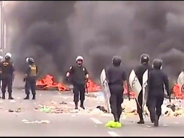 Frame 32.352912 de: Una protesta contra el precio de los peajes se convierte en una batalla campal en Perú