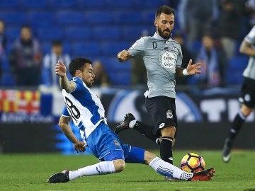 Javi Fuego intenta robar el balón durante el partido del Espanyol