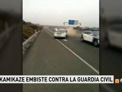 Frame 6.141661 de: Un kamikaze embiste contra un coche de la Guardia Civil cuando circulaba en sentido contrario