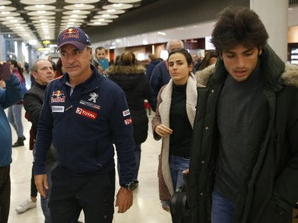 Carlos Sainz acompañado por su hijo en su llegada al Aeropuerto