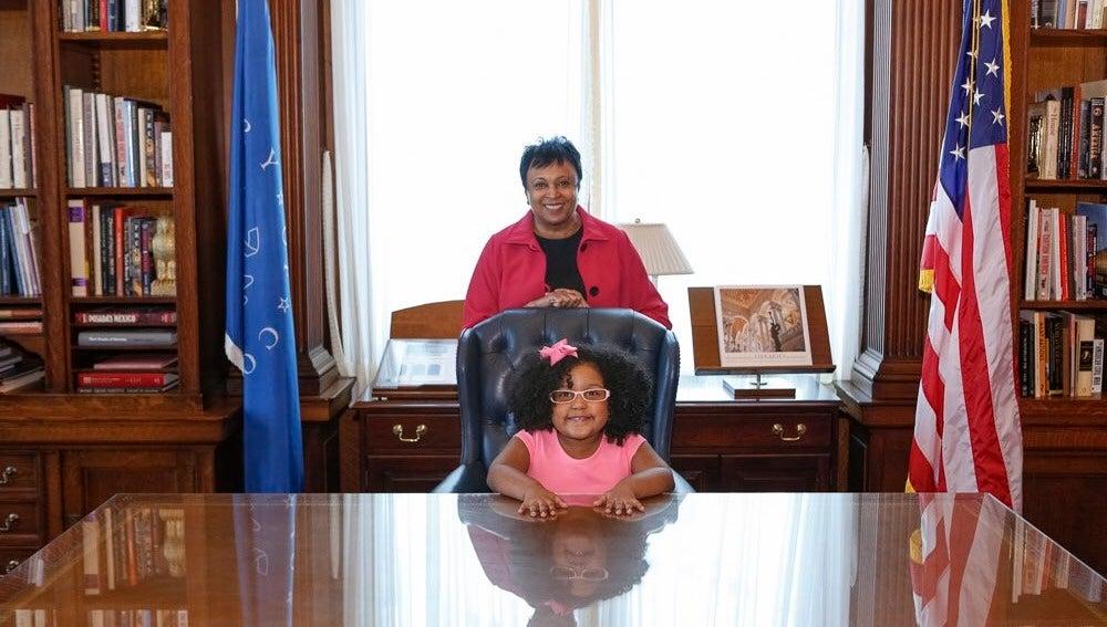 Daliyah Marie Arana en la biblioteca del Congreso de Estados Unidos