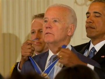 Frame 29.535123 de: Obama se despide de su vicepresidente Joe Biden, y de su equipo, en un emotivo acto