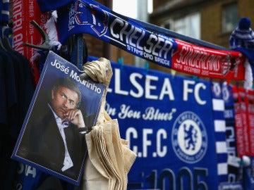 Una imagen de José Mourinho cerca de Stamford Bridge