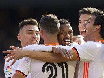 Los jugadores del Valencia celebra el primer gol ante el Espanyol