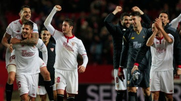 Los jugadores del Sevilla celebran la victoria ante el Real Madrid