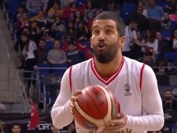 Arda Turan, jugando al baloncesto