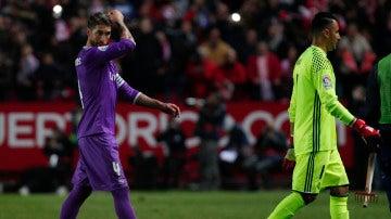 Sergio Ramos abandona el Pizjuán junto a Keylor Navas