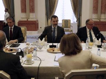 El Rey Felipe VI, junto al ministro de Fomento, durante su visita a Arabia Saudí