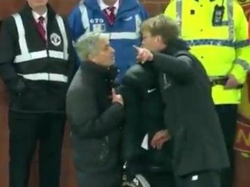 Mourinho y Klopp discuten en pleno partido en Old Trafford