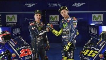 Maverick Viñales y Valentino Rossi, junto a la nueva Yamaha