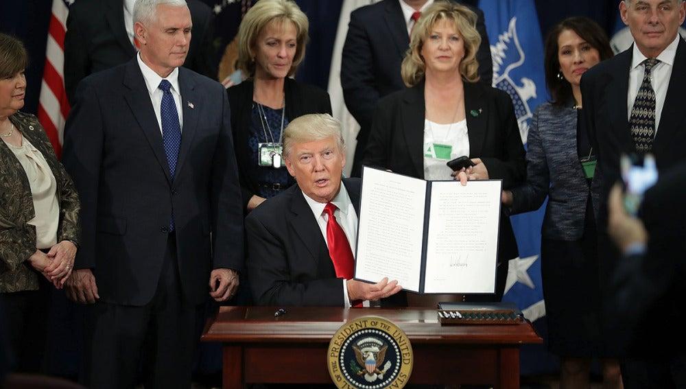 Trump muestra la orden ejecutiva recién firmada
