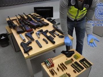 Arsenal de armas agenciadas por la Policía Nacional tras detener a los seis integrantes de una banda delincuente en Barcelona
