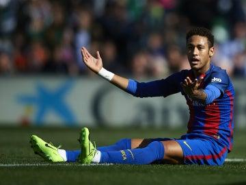 Neymar protesta en el suelo