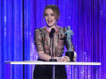 Claire Foy con su premio por 'The Crown'