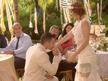 Juan Diego levanta pasiones pidiendo la mano a Samantha delante de todos