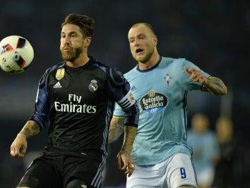 Sergio Ramos y Guidetti pelean por un balón