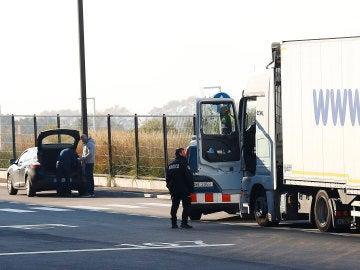 Operativo policial en el que fueron localizados varios inmigrantes ocultos entre la carga de un camión procedente de Turquía