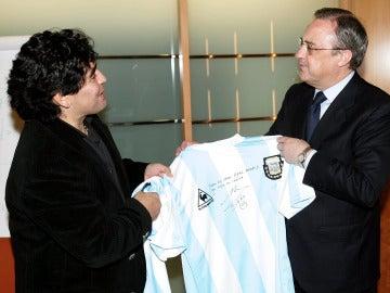 Maradona regala una camiseta a Florentino Pérez