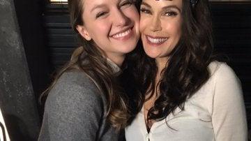Teri Hatcher con la protagonista de 'Supergirl', Melissa Benoist
