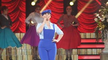 Rosa López se convierte en un chulo madrileño para interpretar 'Pichi' como Sara Montiel