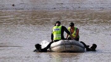 Buzos del equipos de rescate de la Policía buscan el cadáver de Marta del Castillo en el río Guadalquivir