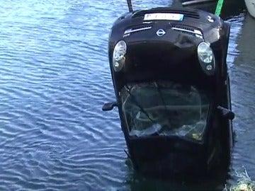 Frame 41.335176 de: Muere un hombre al caer su coche al mar en el puerto coruñés de Muros