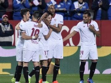 Sarabia es felicitado tras marcar ante el Eibar