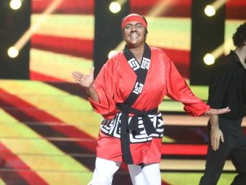 Yolanda Ramos demuestra sus dotes de artes marciales en 'Kung fu fighting' como Carl Douglas