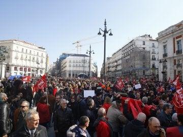 Vista de los participantes en la manifestación convocada por CCOO y UGT