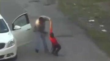 Momento en el que el hombre golpea al menor