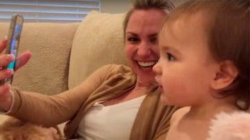 Divertido vídeo de dos bebés hablando por teléfono
