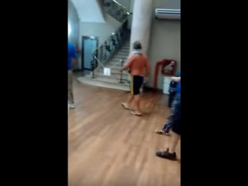 El hombre llega con toalla a las oficinas